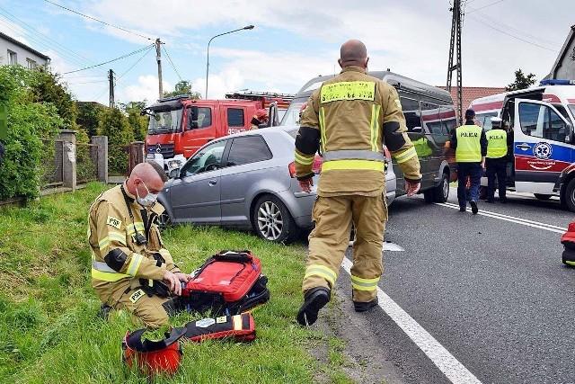 W sobotę 29 maja na ul. Mroteckiej w Nakle doszło do zderzenia busa z samochodem osobowym