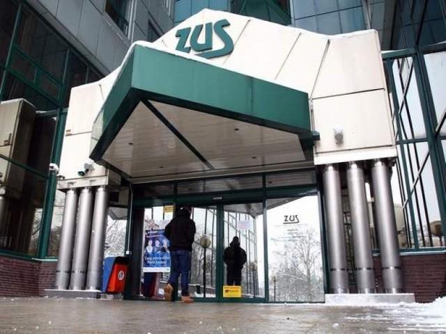 """Wnioski należy składać na Platformie Usług Elektronicznych ZUS i na stronie www.zus.pl;nf.  Drogą elektroniczną przez PUE ZUS, za pośrednictwem poczty, osobiście w placówce ZUS - do skrzynki na dokumenty oznakowanej napisem """"Tarcza antykryzysowa"""", bez kontaktu z pracownikiem ZUS."""