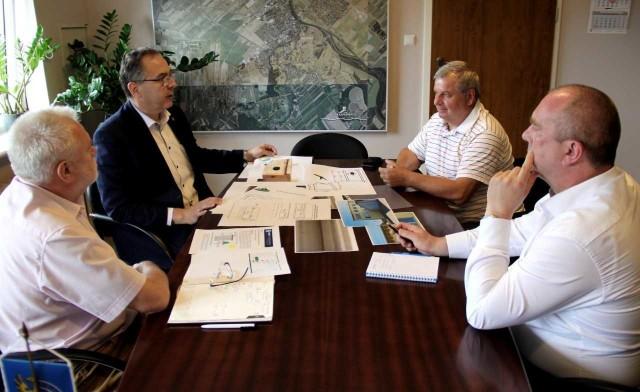 Kierownictwo krapkowickiego magistratu rozmawiało z Joachimem Siekierą o specyfice gniazdowania oraz właściwym przygotowaniu budek lęgowych dla jerzyków.