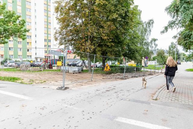 Na Białostoczku trwa przebudowa sieci ciepłowniczej. Mieszkańcy liczyli na poszerzenie wjazdu do bloków przy Radzymińskiej. Ale miasto nie ma pieniędzy