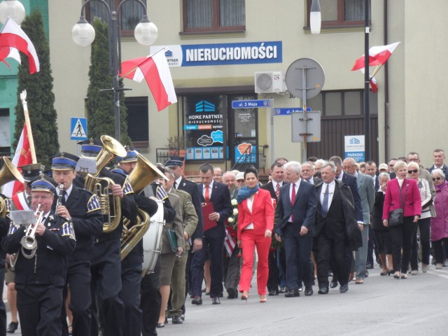 Pochód 1 Maja w Myszkowie: W Myszkowie 1 Maja przed południem przeszedł pochód, z orkiestrą dętą,  sprzed Domu Kultury przed pomnik Poległym za Ziemię Myszkowską.