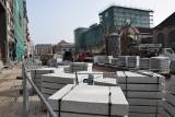 Katowice: przebudowa Dworcowej zwolniła. Połowa ulicy z nową nawierzchnią, połowa w błocie. Powód? Roboty wstrzymano przez ostatnie mrozy