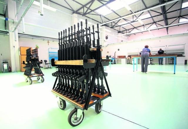 Karabinki szturmowe beryl przygotowane do wysyłki. Broń ta trafiła między innymi do jednostek specjalnych armii Nigerii.