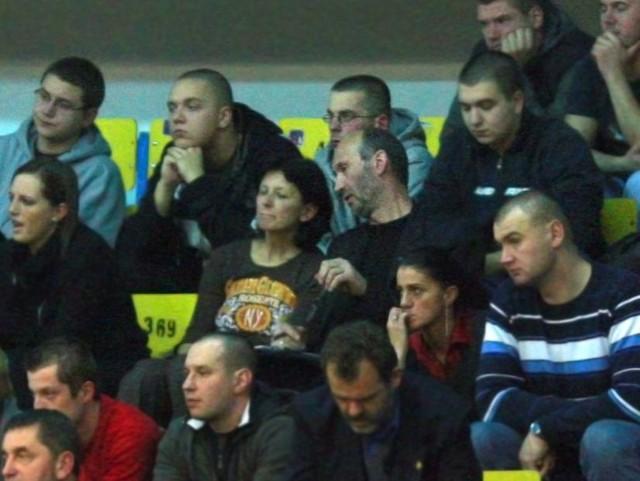 Leszek Doliński (w środku) na trybunach hali Gryfia w trakcie meczu z BK Ventspils.
