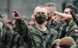 Zarobki żołnierzy WOT 2021. Ile pieniędzy dostają za służbę w wojsku? Zobacz stawki