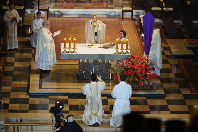Mszą Wieczerzy Pańskiej rozpoczęło się Triduum Paschalne przy okazji Wielkanocy 2020. Msza św. w Wielki Czwartek mająca upamiętniać Ostatnią Wieczerzę Jezusa z uczniami odbyła się wieczorem w poznańskiej katedrze. Tym samym w Kościele rzymskokatolickim rozpoczął się najważniejszy okres kalendarza liturgicznego. Inny niż wszystkie do tej pory, ponieważ naznaczony epidemią koronawirusa. Stąd msza św. odbywała się w praktycznie pustym kościele.Przejdź do następnego zdjęcia ----->