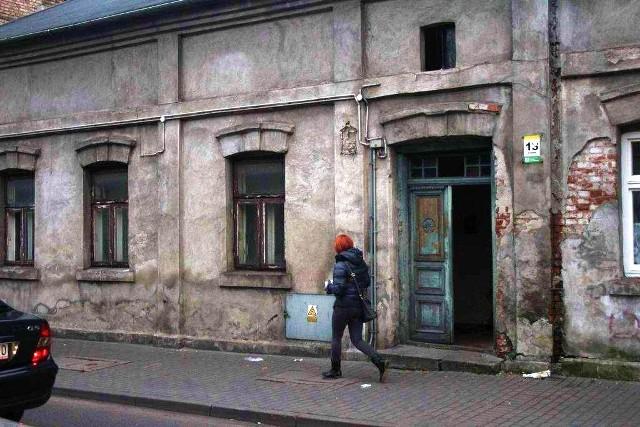 Około godziny 11.00 przy ulicy Chmielnej we Włocławku znaleziono trzy ciała - 55-letniej kobiety oraz dwóch mężczyzn w wieku 42 i 62 lat.