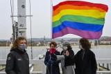 Międzynarodowy Dzień Tolerancji w Sopocie. Na molo zawisła tęczowa flaga