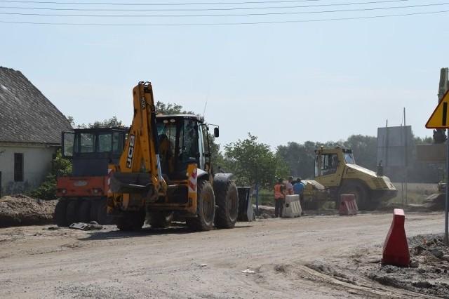 Trasa od Lipna do granicy województwa liczy 22 km. Obecnie przebudowywany jest odcinek od Jasienia do granicy województwa o długości około 5 kilometrów. Ułożona została już prawie w całości konstrukcja drogi do warstwy wiążącej. Wzmocniona jezdnia po przebudowie otrzymała szerokość 7 metrów. Wzdłuż niej powstanie jeszcze pobocze. Zbudowano zjazdy na teren posesji i powstają zatoki autobusowe. Postępują prace przy ścieżce pieszo-rowerowej. Tą drogą wojewódzką jedźmy ostrożnie, bo są utrudnienia;nfTeraz najwięcej prac wykonywanych jest na skrzyżowaniu w Kamieniu Kotowym. Będzie tu rondo. Wykonawca usunął wszystkie kolizje i pracuje nad podbudową. 300 Plus - wszystko, co musisz wiedzieć o programie.