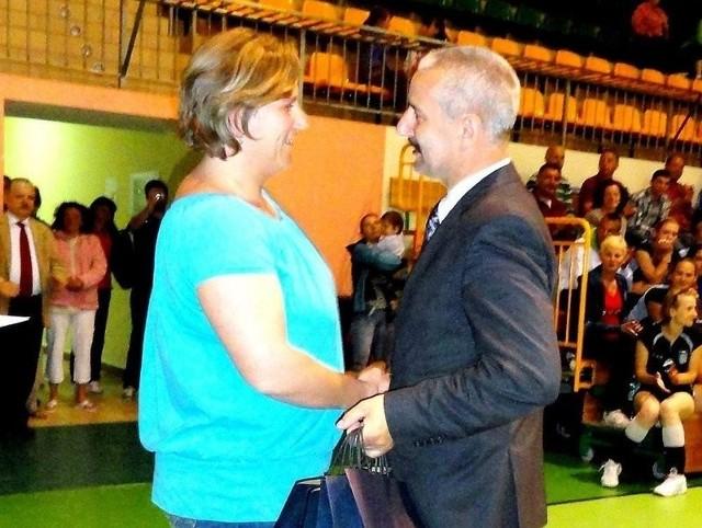 Karolina Hoppe, która będzie brała udział w dwóch konkurencjach odbiera nominację od burmistrza Tadeusza Kowalskiego