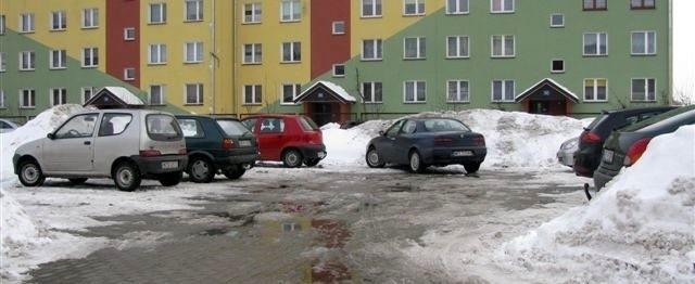 Na parkingu poradni najczęściej parkują mieszkańcy okolicznych bloków.