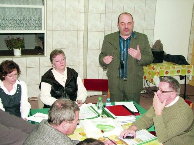 Mamy dowody, które przedstawimy w prokuraturze i przed sądem - mówił na spotkaniu z hajnowianami przewodniczący Społecznego Komitetu Mieszkańców Karol Nieciecki (na zdjęciu stoi). Przy stole członkowie komitetu: (po lewej stronie od przewodniczącego) - Małgorzata Szczerbakow, (po prawej) - Tadeusz Mróz.