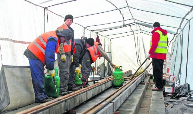 Drogowcy mają sposoby, by pracować także przy złej pogodzie - np. rozstawiają namiot. Kładąc nową nawierzchnię zimy nie oszukają, dlatego pięć remontów ruszy, gdy nocą temperatura wyniesie +5 stopni