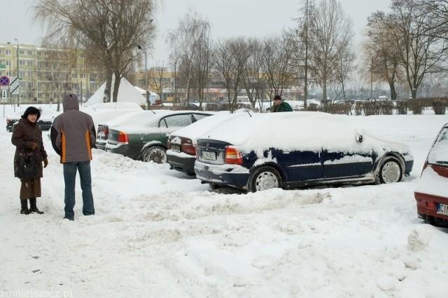 - I jak tu wyjechać? - zastanawia się właścicielka opla parkującego na ulicy Wachowiaka w Inowrocławiu