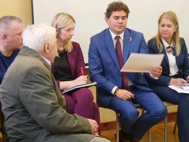 Prezydent Lucjusz Nadbereżny na jednym ze spotkań z mieszkańcami (z prawej wiceprezydent Renata Knap)