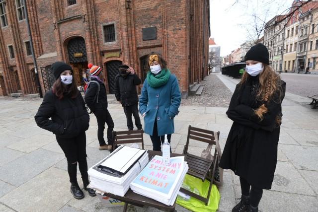 W Toruniu aktywistki z Młodzieżowego Strajku Klimatycznego mówiły o kryzysie klimatycznym i działaniach, jakie powinny być podejmowane.