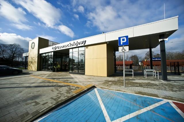 Nowy dworzec PKP w Janikowie składa się z dwóch pawilonów mieszczących części pasażerską oraz komercyjną, przykrytych wspólnym zadaszeniem