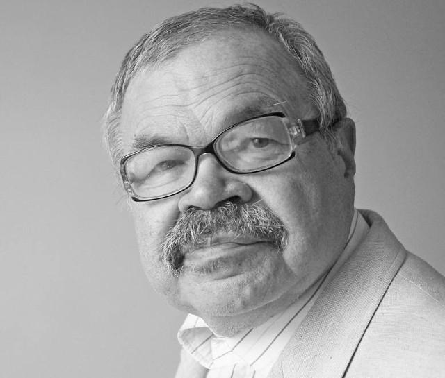 """Marek Zaradniak był wieloletnim dziennikarzem """"Głosu Wielkopolskiego"""" zajmującym się tematyką kulturalną. Zmarł 15 sierpnia 2020 roku."""