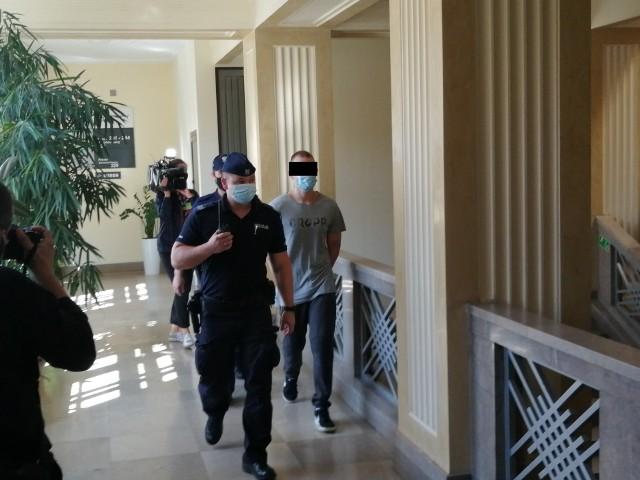 """Brak obrońcy storpedował proces Bartosza G. oskarżonego o udział w gangu i wyłudzanie pieniędzy metodą """"na policjanta"""", jaki miał się zacząć w poniedziałek 9 sierpnia w Sądzie Okręgowym w Łodzi. CZYTAJ DALEJ NA KOLEJNYM SLAJDZIE>>>"""