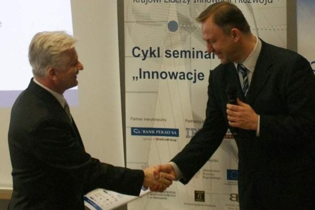 Burmistrz Jan Leszek Wiącek (z lewej) odbiera nagrodę.