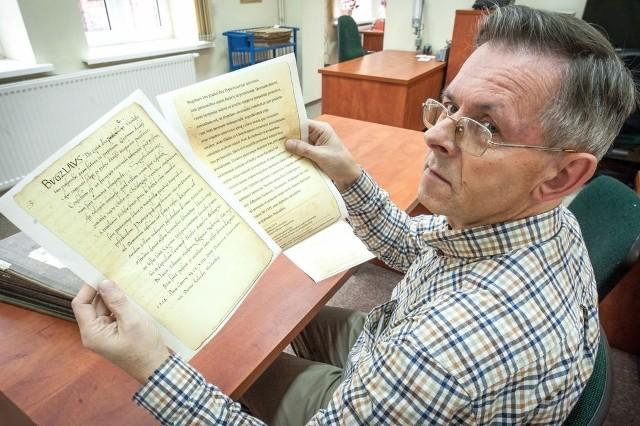 - W czasach Bogusława II Koszalin był niedużą wsią u podnóża Góry Chełmskiej - mówi Waldemar Chlistowski z Archiwum Państwowego w Koszalinie prezentując kopię dokumentu, w którym po raz pierwszy pada nazwa naszego miasta.