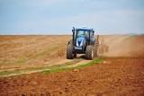 W Mroczkowie traktorzysta wiózł na błotnikach pasażerów