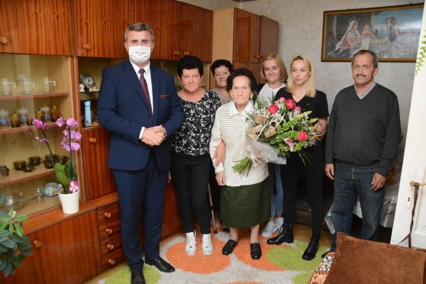 Pani Feliksa mimo tak dostojnego wieku ma w sobie mnóstwo energii. Podczas bardzo krótkiej wizyty burmistrz Dariusz Meresiński wręczył jubilatce skromny prezent oraz bukiet kwiatów, życząc dużo zdrowia i pomyślności.