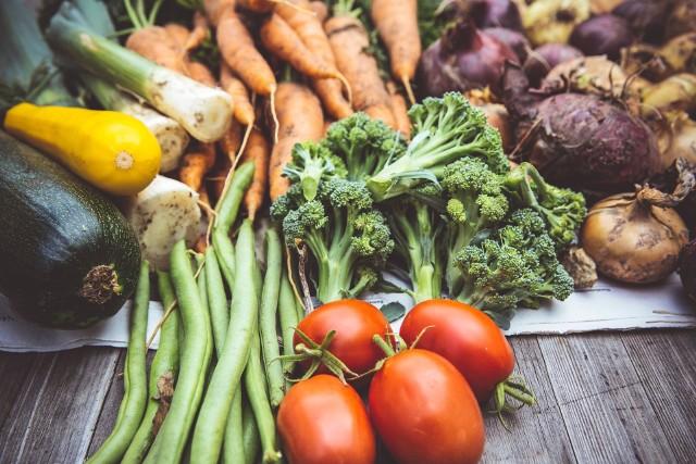 Lodówka to obowiązkowe wyposażenie każdej kuchni. Wydaje się, że jest idealnym miejscem do przetrzymywania jedzenia. Istnieje wiele produktów, których nie należy w niej trzymać. Dlaczego? Ponieważ najzwyczajniej w świecie się psują. Oto lista artykułów spożywczych, warzyw i owoców, które nie powinny być trzymane w chłodziarce.