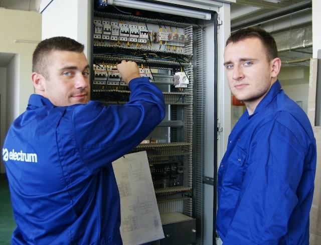 Od prawej Rafał Kamiński, student III roku elektrotechniki na Wydziale Elektrycznym Politechniki Białostockiej i Karol Rogowski, student V roku elektrotechnik są na praktykach w firmie Electrum.