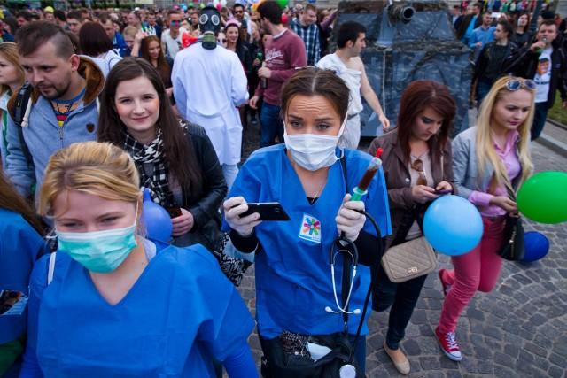 Juwenalia 2015 - parada studentów białostockich uczelni. Kto pięć lat pomyślałby, że studentki w maseczkach to ni eegzotyka, tylko codzienność nas wszystkich w maju 2020?