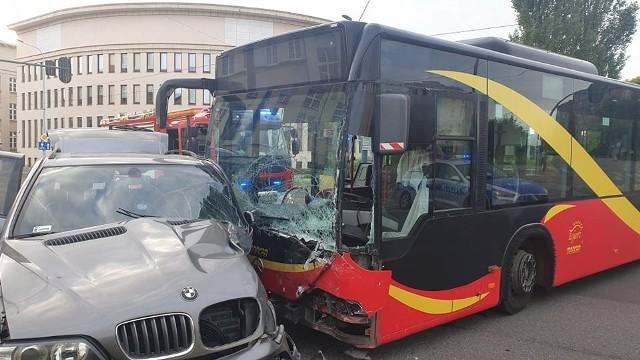 BMW zderzyło się z autobusem MPK linii 61 na rogu ul. Uniwersyteckiej i Narutowicza.