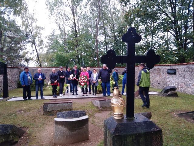Cmentarz w Jaszunach. Na pierwszym planie krzyż na grobie Jana Śniadeckiego.