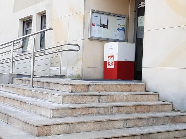 W Michałowicach proponują ustawienie urn podobnych do takich, jaką zamontowano przed budynkiem gminy - pełniącej rolę Dziennika Podawczego
