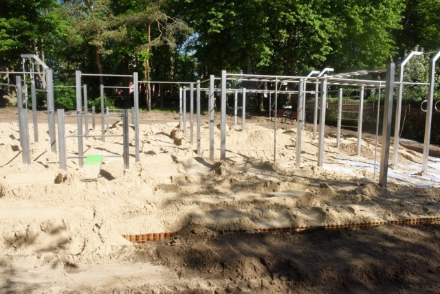 Tak wyglądał montaż elementów do ćwiczeń w parku do street workoutu, który mieści się na zielonogórskich Wzgórzach Piastowskich.