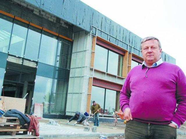 """Zambrów. Inspektor wstrzymał budowę galerii """"Bem"""".Inspektor budowlany jedną decyzją może zniszczyć mój biznes – mówi Jan Polakowski, właściciel galerii """"Bem"""". I zapowiada, że będzie walczył o jak najszybsze doprowadzenie inwestycji do końca."""