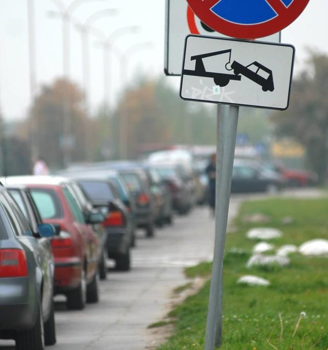 Tak jest codziennie na Dekerta - parkowanie na zakazie, korek aut i autobusów, zagrożenie kolizjami i spychani na pobocza piesi