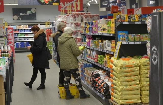 Dużo się mówi o tym, że ceny w sklepach drastycznie rosną, a ile w tym prawdy? Postanowiliśmy to sprawdzić, porównując ceny przykładowych podstawowych produktów (chleb, mleko, jajka, mięso, owoce, warzywa itp.) z grudnia 2019 r. z tymi z grudnia 2020 r. Jako punkt odniesienia wzięliśmy średnie ceny popularnych produktów z koszyka zakupów serwisu dlahandlu.pl. Sprawdź, które produkty najbardziej podrożały, a które staniały ---->