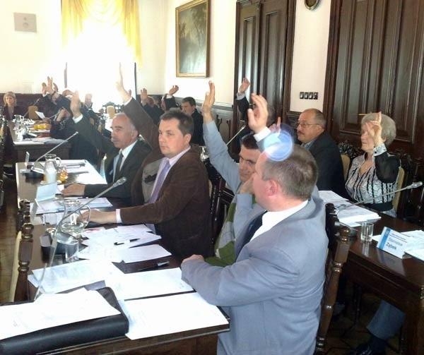 Rzeszowscy radni głosują za przyznaniem biskupowi Górnemu tytułu honorowego obywatela miasta.