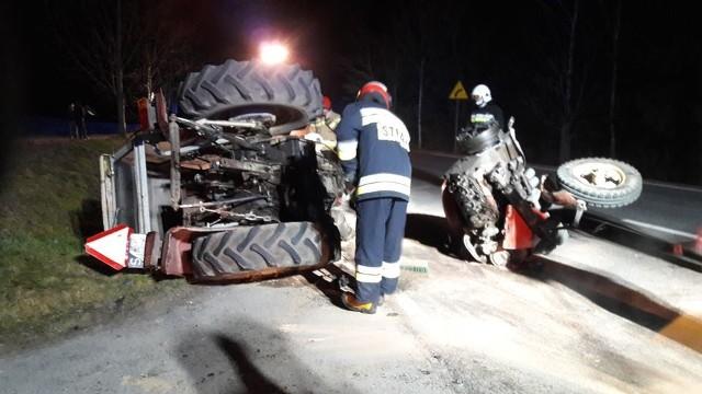 W czwartek (26 marca) po godzinie 19 doszło do wypadku drogowego w Przęsinie na drodze krajowej nr 20. Samochód osobowy zderzył się z ciągnikiem. Z wstępnych ustaleń wynika, że kierowca osobówki zaczął wyprzedzać traktor, a ten zaczął w tym momencie skręcać. Ciągnik rozpadł się na dwie części. Nic nikomu się nie stało.
