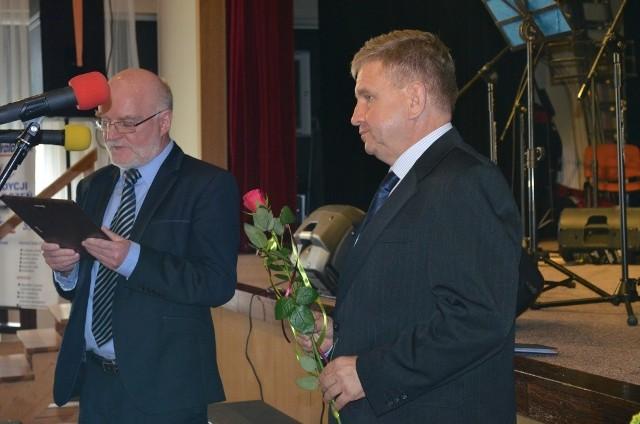 Prezes Wacław Kropiński i Mariusz Lewicki członek rady nadzorczej wręczali  nagrody  pracownikom.