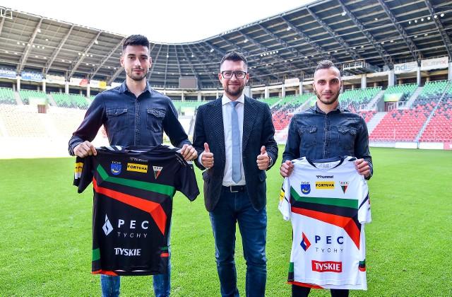 Nowi piłkarze GKS-u Tychy w towarzystwie prezesa klubu Leszka Bartnickiego.