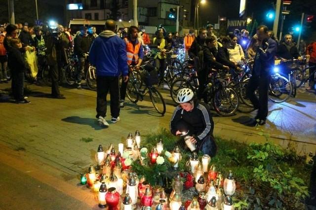 Rowerzyści przejechali przez Poznań i zapalili znicze w miejscu śmiertelnego wypadku sprzed tygodnia.