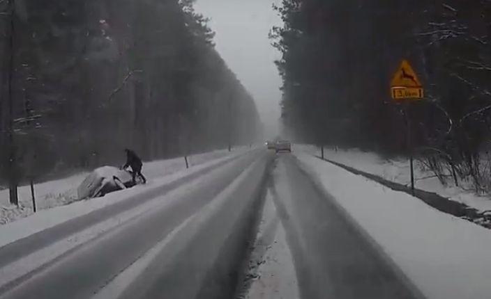 Atak zimy. Fatalne warunki na drogach w regionie radomskim. Mnóstwo kolizji i stłuczek. Radom stoi w korkach (wideo, zdjęcia)