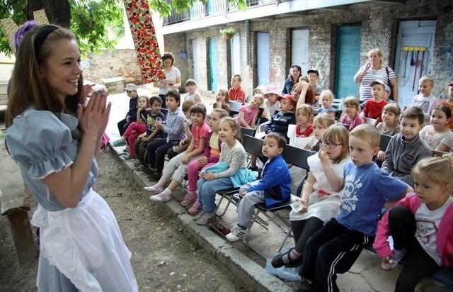 Lublin ze swoją atmosferą i tradycją stanowi wyjątkowe miejsce do rozmów o poezji, spotkań z poetami, ale też do przeprowadzania różnorodnych działań społeczno-artystycznych popularyzujących poezję, także wśród dzieci. Tak też było w ub. roku na lubelskim Żmigrodzie, gdzie zaproszono maluchy.