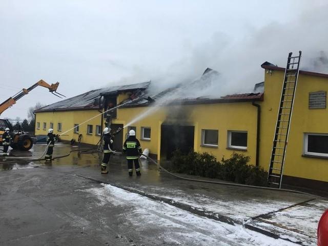 W pożarze ucierpiały zapasy dla zwierząt, także sprzęty rolnicze, materiał siewny.