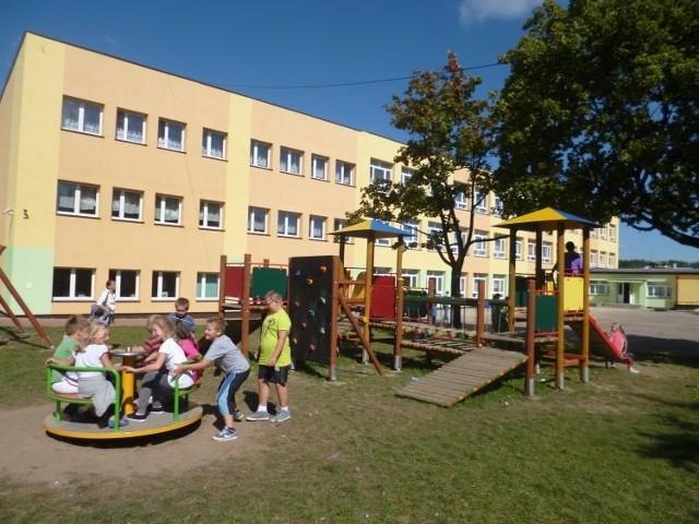 Szkoła Podstawowa nr 1 w Łapach nosi imię papieża Jana Pawła II.