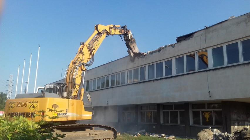 Wyburzanie zajezdni autobusowej przy Limanowskiego w Łodzi