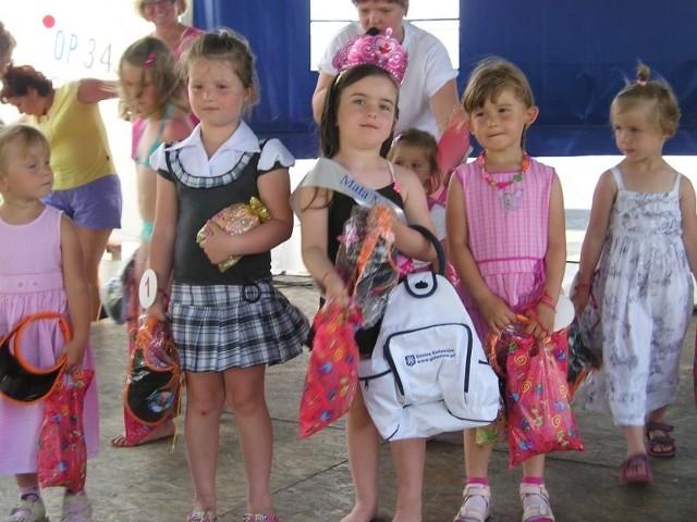 Obok Małej Miss, stoją dwie wicemiss, z lewej Natalia Szymczak i Wiktoria Krempa.