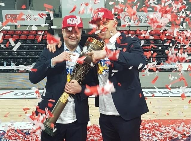 Prezes Stali, Bartosz Karasiński z właścicielem ostrowskiego klubu, Pawłem Matuszewskim, prezentują bezcenne trofeum za zdobycie tytułu mistrza Polski