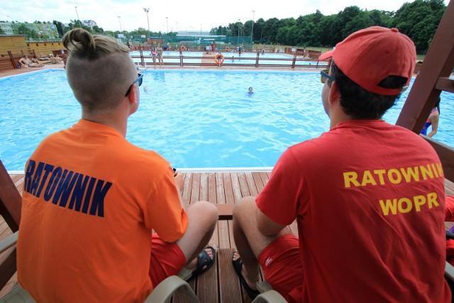 Ratowników wodnych spotkamy także na miejskich basenach letnich.
